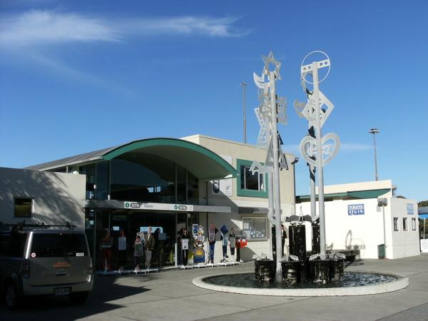 到了紐西蘭的每一個地方~當然都要去I SITE朝聖一下~NAPIER的I SITE果然也是與眾不同~多了很多擺飾.JPG