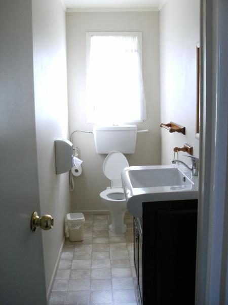 到了一間BBH當然要看一下他們的廁所囉~這是靠女生的房間的單人廁所