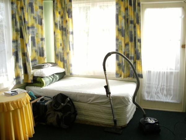 這是我的房間~窗光明淨的~好不開心啊~但只是個DORM~因為照的時候我在打掃~所以我的好夥伴 - 吸塵器 - 入鏡啦  .JPG