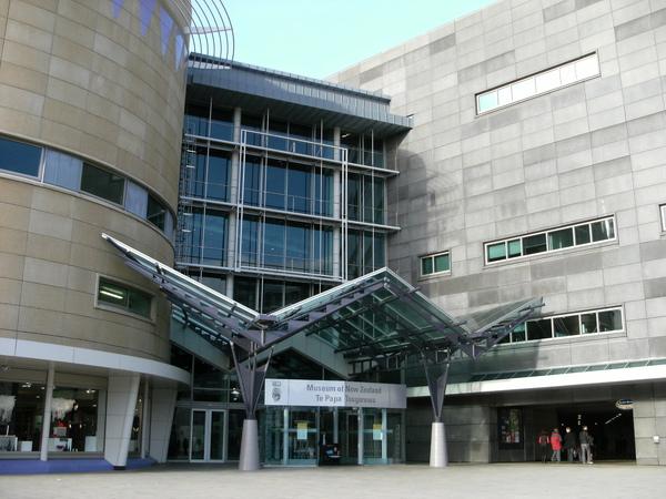 首都威靈頓中最有名的景點之一~國家博物館~TE PAPA~~的大門.JPG