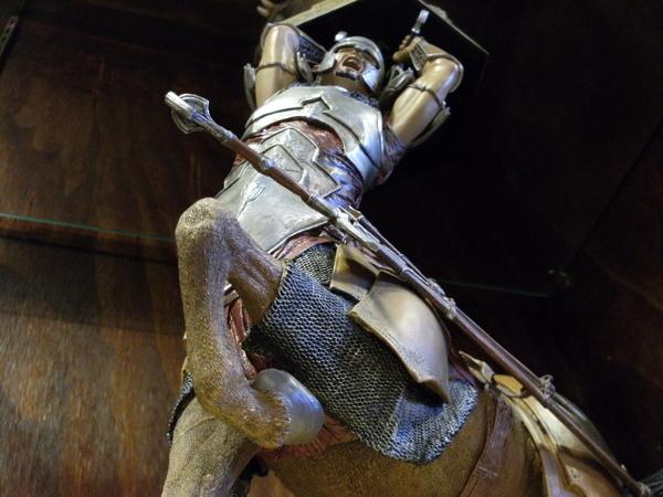 這應該是納尼亞傳奇的超猛人馬戰士~大家想想~只要你是人馬~揮動大刀時就可以不顧馬首了~多方便啊.JPG