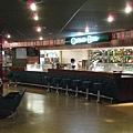 很酷的casino餐廳,拉霸燈會環場跑,要限18才能進去