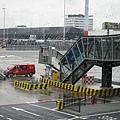 沒辦法直接接天橋,要從地面登機