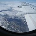 從窗口看出去,飛機高度不高