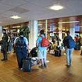 小機場裡面的一群人,後來發現這群有人50%都是要來參加會議的