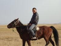 北疆騎馬的師傅.jpg