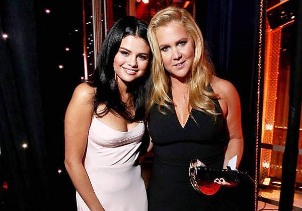 rs_1024x759-151101202641-1024.Selena-Gomez-Amy-Schumer-Hollywood-Film-Awards.ms.110115 拷貝