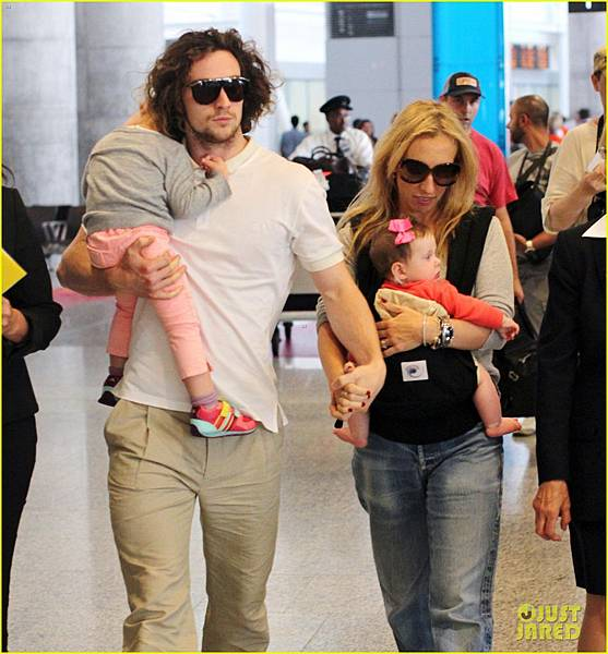aaron-taylor-johnson-airport-with-sam-wylda-rae-romy-hero-04