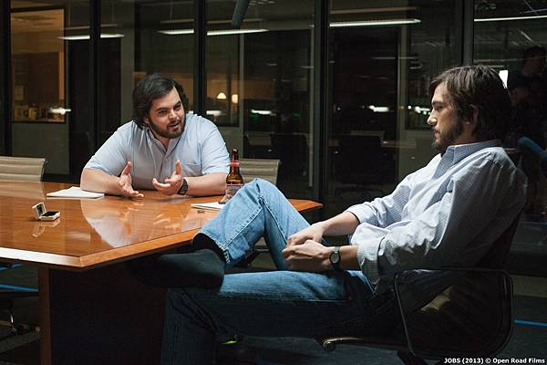josh_gad_as_steve_wozniak_and_ashton_kutcher_as_steve_jobs_2
