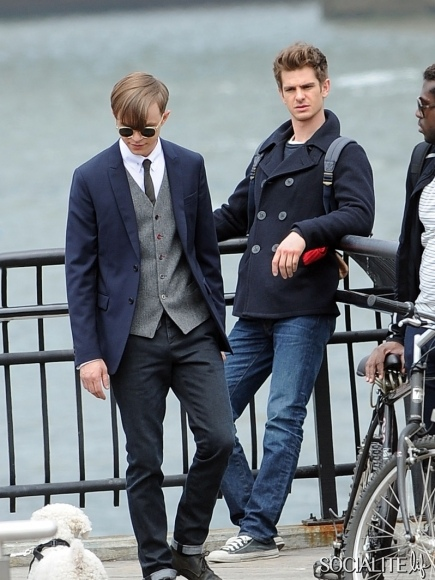 andrew-garfield-dane-dehaan-on-set-05062013-01-435x580