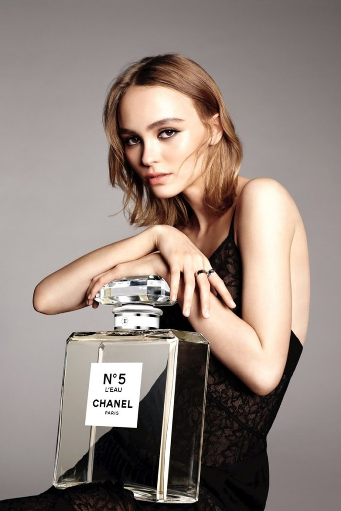 thefemin-lily-rose-depp-stuns-in-chanel-no-5-l-eau-campaign-02-700x1050.jpg