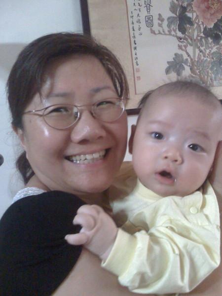 我三個月大的時候馬麻買給婆婆一支新手機