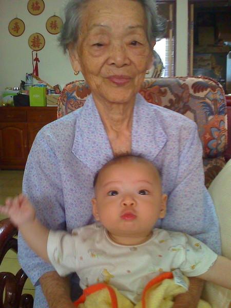 老奶奶抱我~