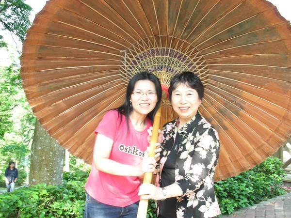 馬麻跟奶奶都在撐傘