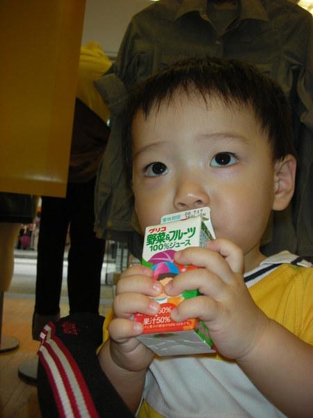 小小的果汁好握也不太甜蠻適合寶寶的