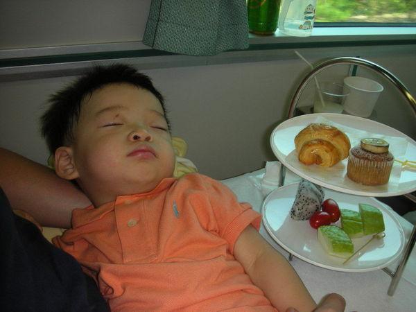 少爺在重要的吃飯時間卻睡著了~