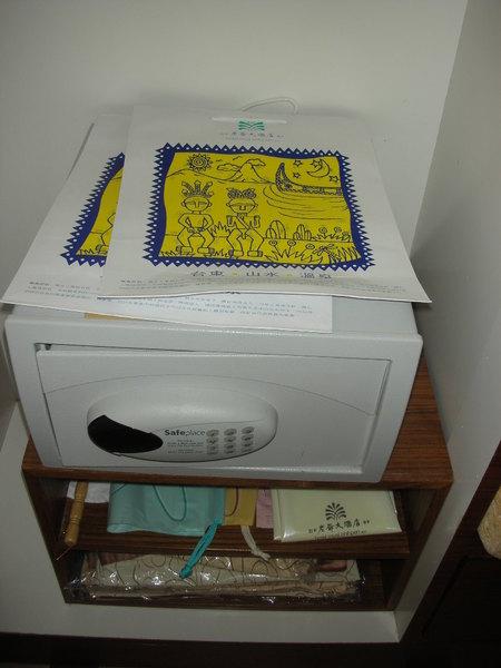 櫃子裡有超耐用的老爺紙袋,還有裝髒衣服的抽繩袋