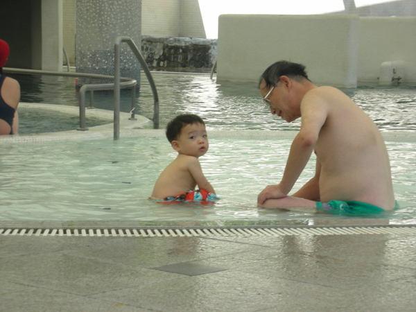 爺爺陪我玩水~