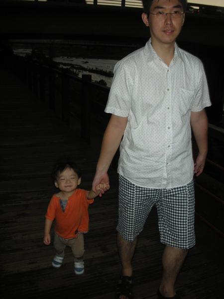 爸爸牽我走河堤步道