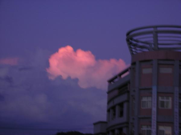 夕陽照著雲很美~