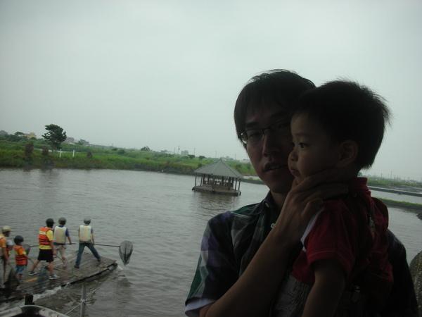 後面在撈魚,前面在逼小孩拍照,哈!