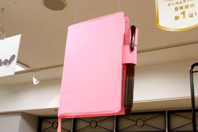 高掛在LOFT店裡的超大ほぼ日手帳。