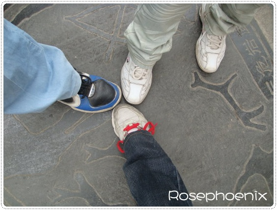 0901-敦煌博物館前,最後一次腳印合影.JPG