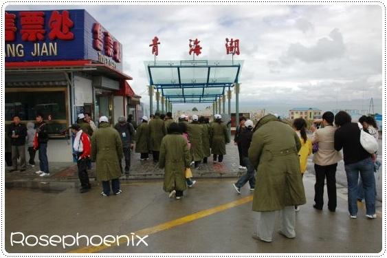 0828- 天雨寒冷,大陸遊客軍大衣上身.jpg