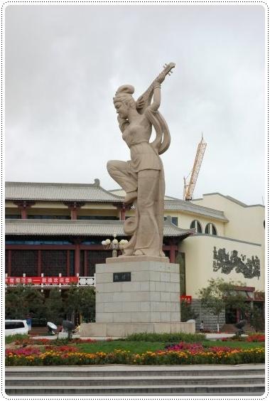 0901- 倒彈琵琶 地標    沙州路&陽關路口圓環.JPG