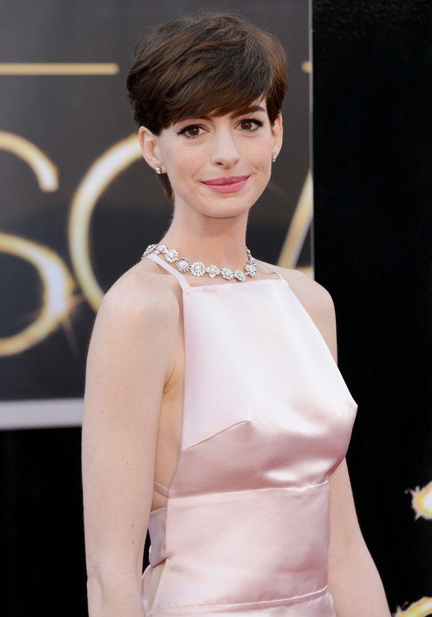 Anne-Hathaway-nipple-slip-Oscars-2013-JPG_004304