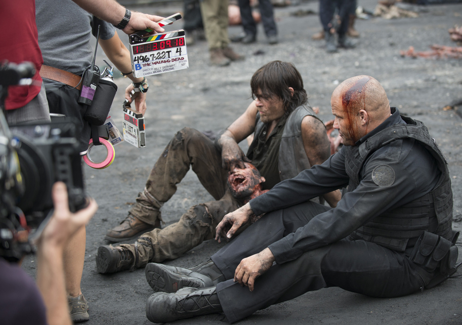 the-walking-dead-episode-507-bts-daryl-reedus-935.jpg