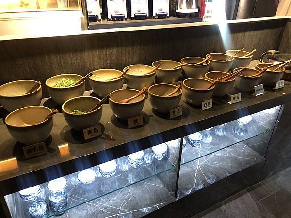 石撈麻辣鍋-醬料區.JPG