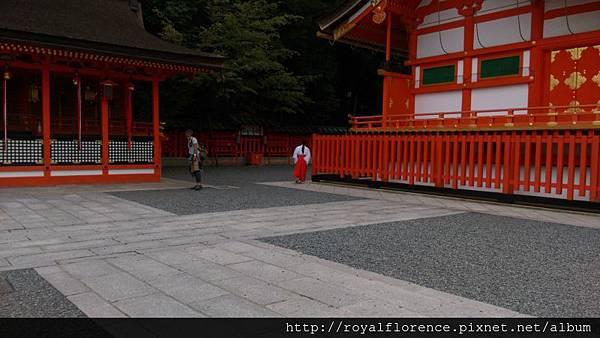 IMAG5337_巫女_本殿.jpg