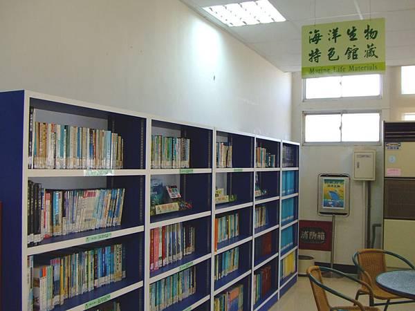 旗津的特色館藏是海洋生物,所以書架就漆成藍色的