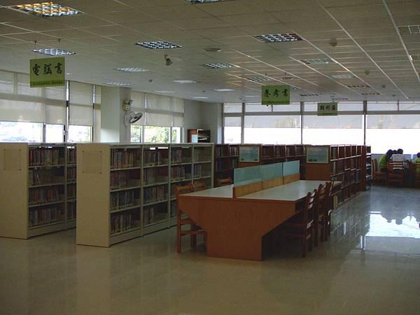 空間改造後的二樓這邊改成低書架,光線很好