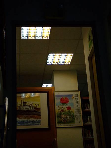 燈管是兩個顏色,白光和黃光