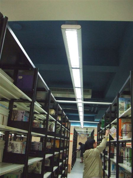 日光燈和書架是平行的