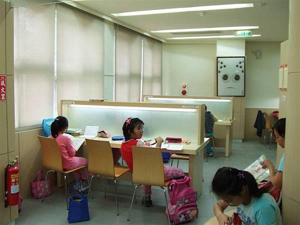 很多小孩下課後就直接過來這裡做功課