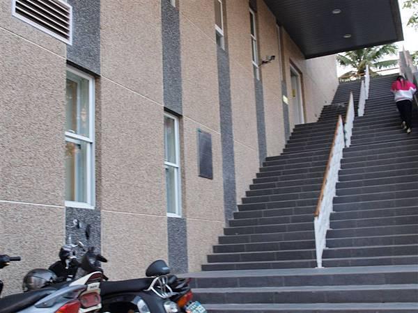 上二樓的自修室和閱報室要從外面樓梯走