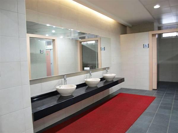 上二樓後先來看看廁所