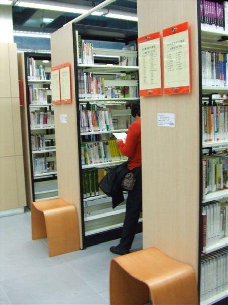 我很喜歡這種在書架間閱讀的優閒感