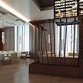 二樓商旅餐廳入口穿透式柱列屏風.jpg