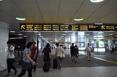 要從新宿轉車回池袋,新宿車站有夠大,走好久