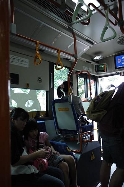 他們的公車就是大家會面對面的坐著