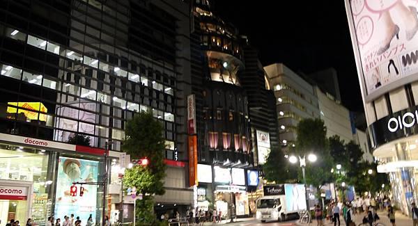 這邊是往公園通的路線,右手邊這棟是O1O1 city,年輕女性取向的日本潮流品牌