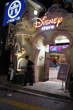趕快跑進去先逛一下迪士尼專賣店