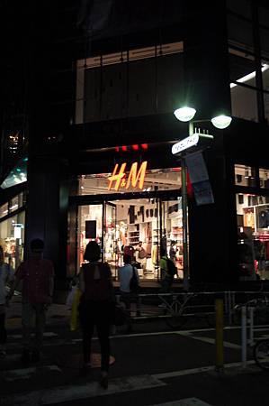 還好H&M還沒關,所以趕快跑進去逛