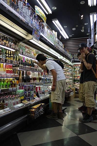 兩個日本朋友在鬧選酒的人,剛好往鏡頭這邊看!! 哈哈