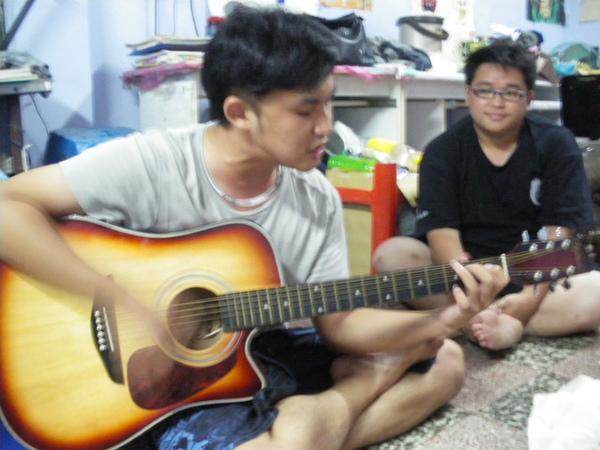 光頭彈吉他