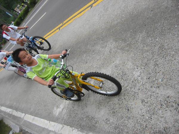 小朋友騎單車